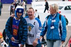 Fans finlandesas delante de la arena de Minsk Fotos de archivo