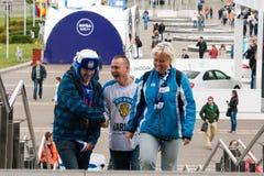 Fans finlandesas delante de la arena de Minsk Imagen de archivo libre de regalías