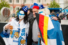 Fans finlandesas delante de la arena de Minsk Foto de archivo
