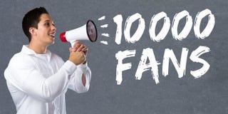 10000 fans houdt de media van het tienduizendtal van de sociale voorzien van een netwerk jonge mens Stock Afbeelding