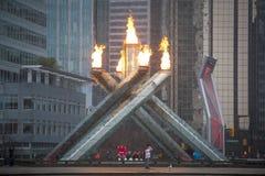 Fans hurrar på den olympiska flamman i Vancouver Arkivbild