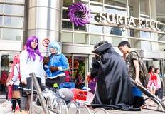 Fans i dräkter som väntar på öppna den 2014 komiska fiestaen Royaltyfri Foto