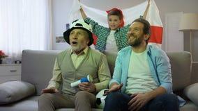Fans ingleses que miran el partido de fútbol en casa, tradiciones del pasatiempo de la familia almacen de metraje de vídeo