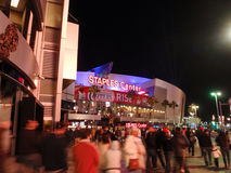 Fans kommen Staples Center während Clippers-Spiels nachts Lizenzfreies Stockfoto