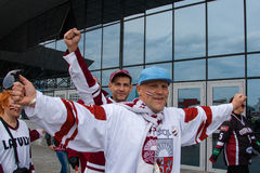 Fans letonas cerca de la arena de Minsk Imagenes de archivo