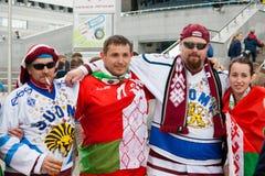 Fans letonas delante de la arena de Minsk Imágenes de archivo libres de regalías