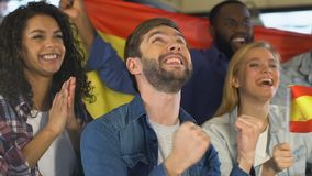 Fans med den spanska flaggan som firar målet av det nationella fotbollslaget, mästerskap stock video