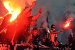 Fans mit den Feuerwerken ausgezogen Stockfotografie