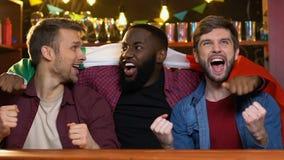 Fans multi-ethniques joyeux avec le drapeau italien se r?jouissant la victoire d'?quipe nationale dans le bar banque de vidéos