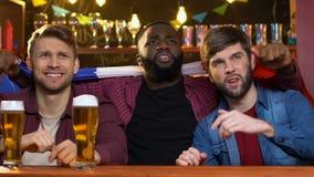 Fans multiraciales ondulant le drapeau fran?ais dans le bar d??u au sujet du match perdant d'?quipe banque de vidéos