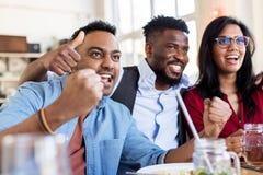 Fans ou amis heureux à la barre ou au restaurant Image stock