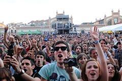 Fans på förälskelse av den lesbiska musikbandkonserten på Matadero de Madrid Royaltyfri Bild