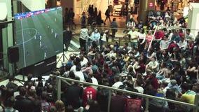 Fans passen die Live-Übertragung des Russland-Uruguay-Matches in der Mall Galerie auf stock video footage