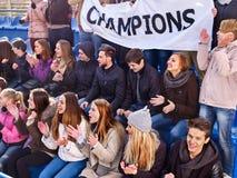 Fans que animan en el estadio que sostiene la bandera del campeón imagen de archivo libre de regalías