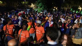Fans que celebran la victoria de la calificación de Francia para la FIFA final almacen de metraje de vídeo