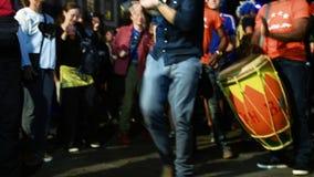 Fans que celebran la victoria de la calificación de Francia para la FIFA final metrajes