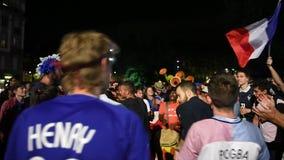 Fans que celebran la victoria de la calificación de Francia para la FIFA final almacen de video