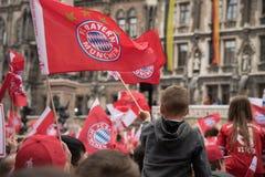 Fans que celebran para FC Baviera que gana el título de Bundesliga Imagenes de archivo