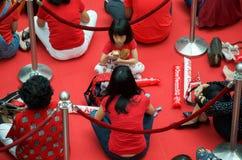 Fans que esperan a Joseph Schooling, el primer medallista de oro olímpico del Singapur, en la ciudad de las rifas 18 de agosto de Imágenes de archivo libres de regalías