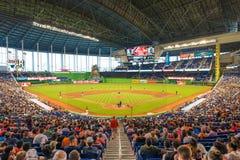 Fans que miran un juego de béisbol en el estadio de las agujas de Miami Foto de archivo