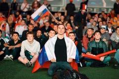 Fans russes avec des drapeaux recueillis dans Fanzone Photos stock