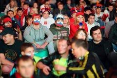 Fans russes avec des drapeaux sur le visage Photo stock