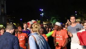 Fans som dansar seger för ställeAusterlitz kvalifikation av Frankrike för sista FIFA arkivfilmer