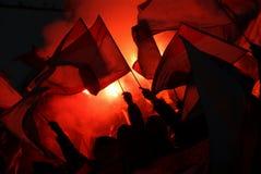 Fans som hurrar, ropar och vinkar flaggor på en händelse arkivfoton