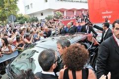 Fans som väntar på ankomsten med bilen från George Clooney royaltyfri fotografi