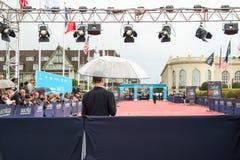 Fans som väntar under regnet för skådespelare och kändisar på den röda mattan under den 41st Deauville amerikanfilmfestivalen Royaltyfria Bilder