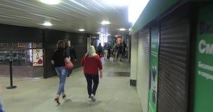 Fans sur la métro de Moscou banque de vidéos