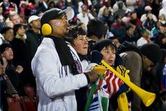 Fans van het voetbal bundelden Omhooggaand & Moedig de Koude Royalty-vrije Stock Afbeelding