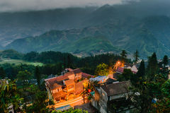 fansipan登上看法从旅馆的在晚上, Sapa,老挝人 库存照片