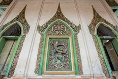Fantástico na parede o tracery do estuque de Narayana dobra sua curva no gigante, um caráter da epopeia de Ramayana Wat Damrey So imagens de stock