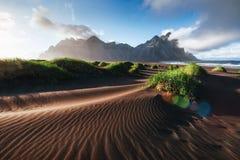 Fantástico a oeste das montanhas e das dunas de areia vulcânicas da lava na praia Stokksness, Islândia Manhã colorida do verão imagens de stock royalty free
