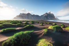 Fantástico a oeste das montanhas e das dunas de areia vulcânicas da lava na praia Stokksness, Islândia Manhã colorida do verão fotos de stock