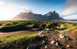 Fantástico a oeste das montanhas e das dunas de areia vulcânicas da lava na praia Stokksness, Islândia Manhã colorida do verão fotografia de stock royalty free