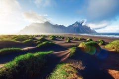 Fantástico a oeste das montanhas e das dunas de areia vulcânicas da lava na praia Stokksness, Islândia Manhã colorida do verão imagem de stock