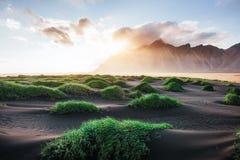 Fantástico a oeste das montanhas e das dunas de areia vulcânicas da lava na praia Stokksness, Islândia Manhã colorida do verão foto de stock