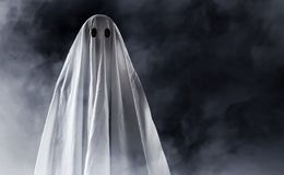 Fantôme mystérieux sur le fond de fumée Images stock