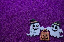Fantômes portant le sac de des bonbons ou un sort image stock