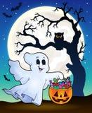 Fantôme de Halloween avec la silhouette d'arbre Image libre de droits