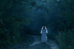 Fantôme du ` s de jeune mariée dans la forêt de nuit Images stock