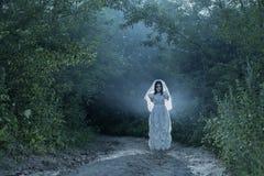 Fantôme du ` s de jeune mariée dans la forêt de nuit Photographie stock libre de droits