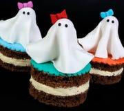 Fantômes de massepain sur le gâteau photos stock