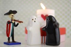 Fantômes du jour de Valentineépousant avec la bougie, le mariachi et le coeur Photographie stock