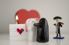 Fantômes du jour de Valentineépousant avec la bougie, le mariachi et le coeur Photos stock