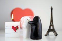 Fantômes du jour de Valentineépousant avec la bougie, le Tour Eiffel et lui Photographie stock