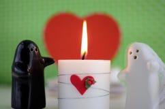 Fantômes du jour de Valentineépousant avec la bougie, les fleurs et le foyer Photos stock