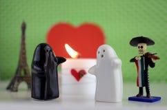 Fantômes du jour de Valentineépousant avec la bougie, mariachi, Eiffel à Images libres de droits